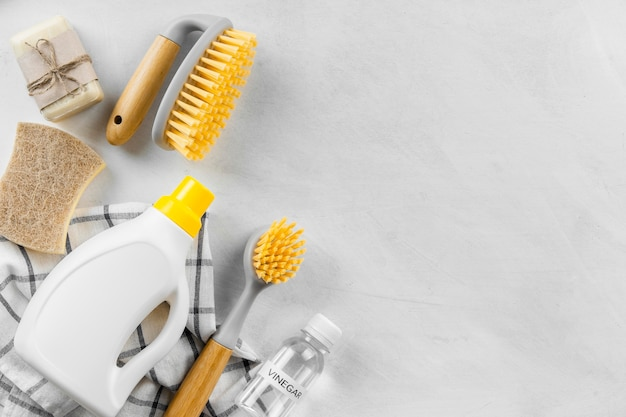 Vue de dessus des brosses de nettoyage avec des produits écologiques