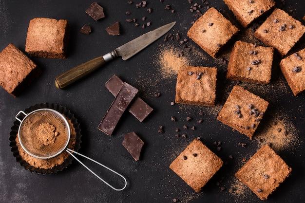 Vue de dessus des brownies au chocolat prêts à être servis