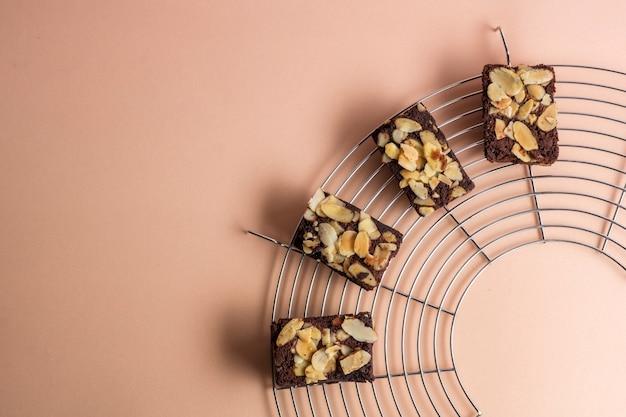 Vue de dessus sur les brownies aux amandes fraîchement cuites