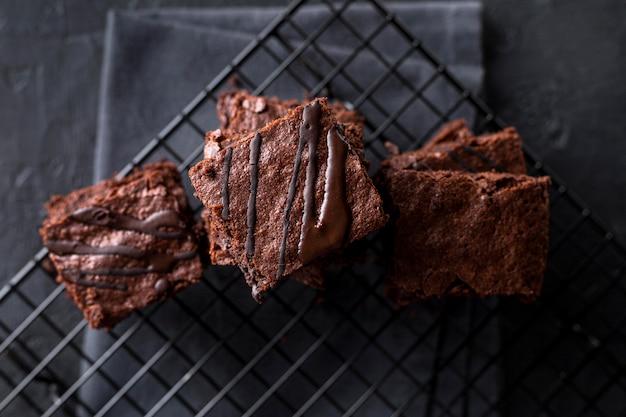 Vue de dessus des brownies sur une grille de refroidissement avec un chiffon