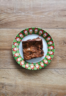 Vue de dessus des brownies de noël sur une assiette avec décoration de noël