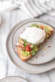 Vue de dessus de la bruschetta avec des légumes frais pour le petit déjeuner