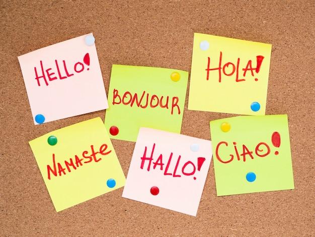 Vue de dessus des bulles de papier avec bonjour dans différentes langues