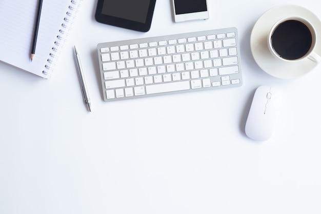 Vue de dessus de bureau blanc de bureau avec l'espace de copie pour entrer le texte.