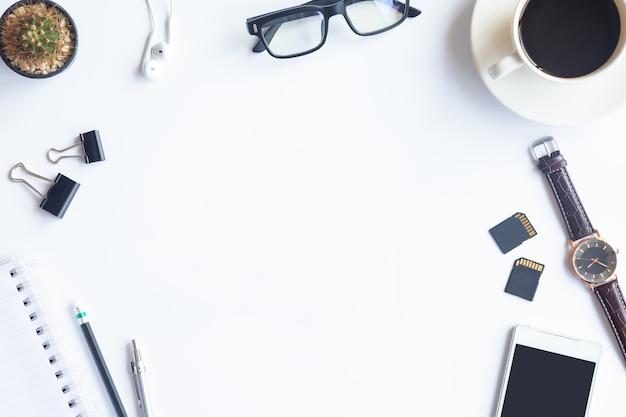 Vue de dessus de bureau blanc de bureau avec l'espace de copie pour entrer le texte