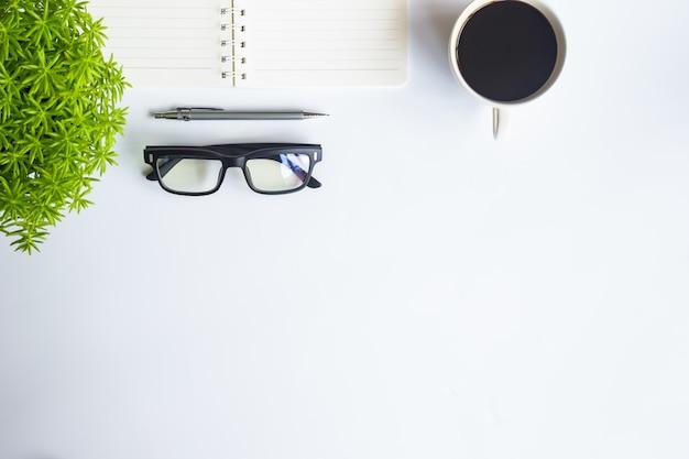 Vue de dessus de bureau blanc avec espace de copie pour saisir le texte.