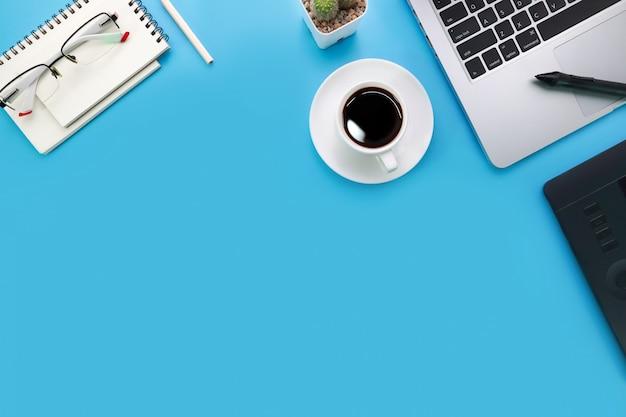 Vue de dessus bureau bleu pastel avec ordinateur