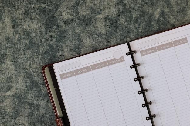 Vue de dessus avec bureau sur le bloc-notes de la table d'espace d'affaires de matériel de bureau