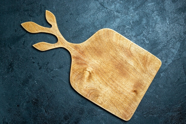 Vue de dessus bureau en bois sur fond bleu foncé cuisine de bureau couleur bois