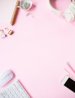 Vue de dessus, bureau de bureau de couleur rose.
