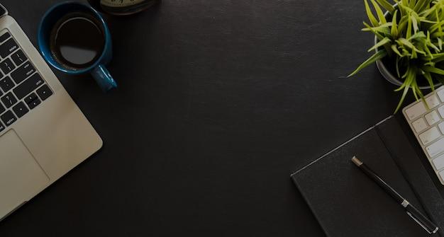 Vue de dessus de bureau en cuir noir avec ordinateur portable, ordinateur, fournitures de bureau et fond
