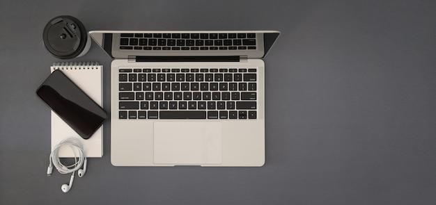 Vue de dessus bureau avec maquette ordinateur portable avec espace de copie