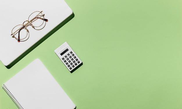 Vue de dessus bureau minimal verres et calculatrice