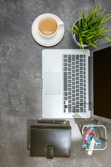 Vue de dessus de bureau avec ordinateur portable, café, plante en pot, ordinateur portable et accessoires