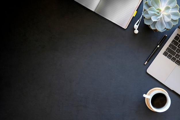 Vue de dessus bureau avec ordinateur portable et café
