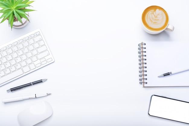 Vue de dessus avec bureau avec ordinateur portable, téléphone portable, tasse à café crayon pour ordinateur portable et lunettes au bureau.