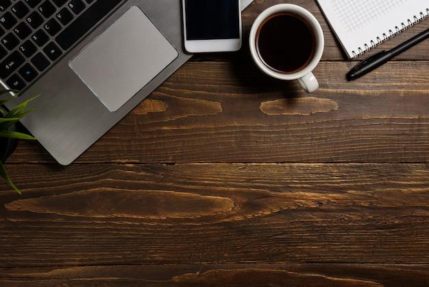 Vue de dessus de bureau avec ordinateur portable