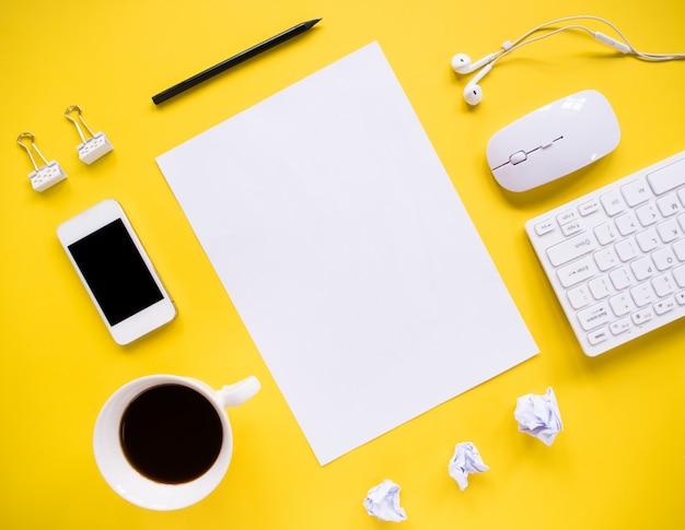 Vue de dessus, bureau et outils de bureau avec espace copie.