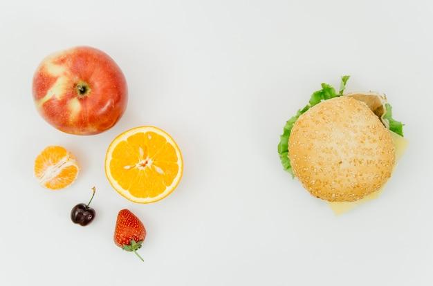 Vue de dessus burguer vs fruits