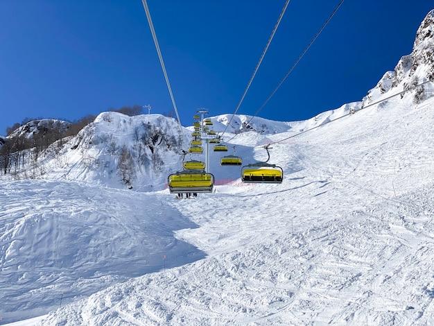 Une vue de dessus des cabines de la remontée mécanique depuis le sommet de la montagne
