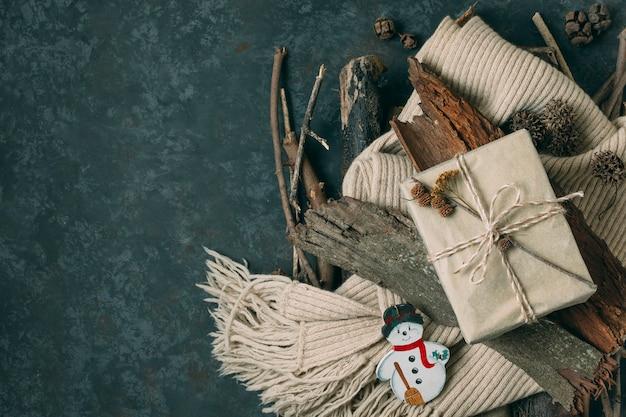 Vue de dessus avec cadeau et bonhomme de neige