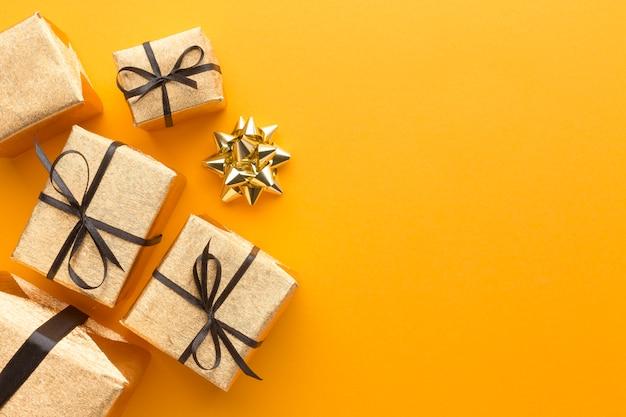 Vue de dessus des cadeaux avec arc et espace copie
