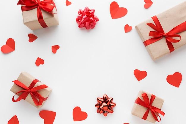 Vue de dessus des cadeaux avec coeurs