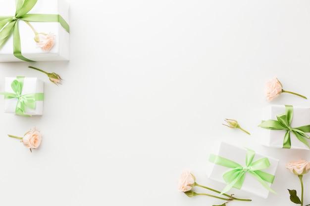 Vue de dessus des cadeaux avec fleurs et espace copie