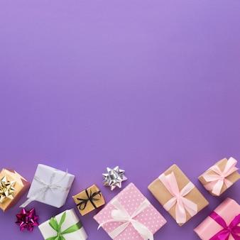 Vue de dessus des cadeaux multicolores avec espace copie