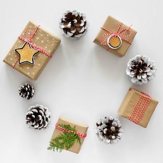 Vue de dessus des cadeaux de noël en cercle avec des pommes de pin