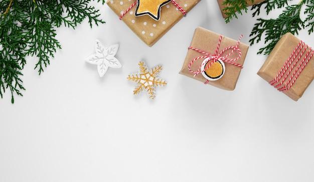 Vue de dessus des cadeaux de noël avec espace végétal et copie