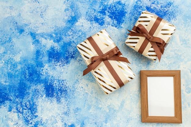 Vue de dessus cadeaux saint valentin cadre photo vide