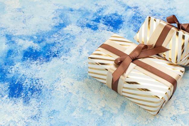 Vue de dessus des cadeaux de la saint-valentin sur grunge blanc bleu avec espace libre