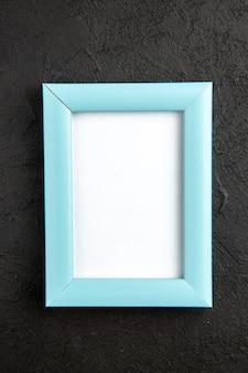 Vue de dessus cadre photo élégant bleu sur fond gris foncé photo présente couleur amour famille