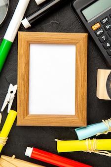 Vue de dessus cadre photo élégant avec des crayons sur une surface sombre couleur actuelle amour photo de famille cadeau portrait