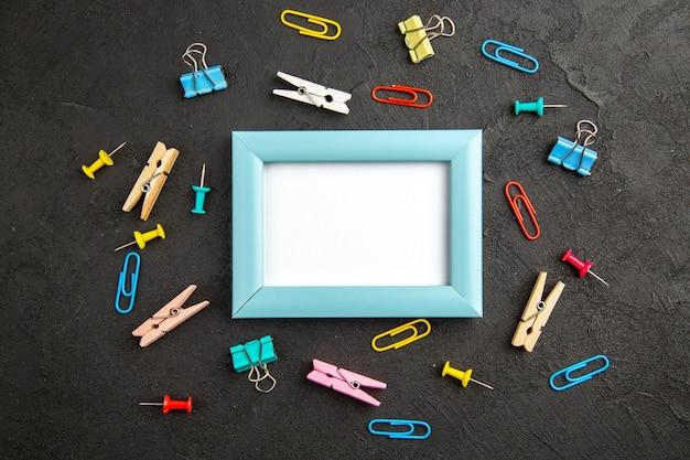 Vue de dessus cadre photo élégant sur la surface sombre cadeau cadeau amour photo portrait couleur famille