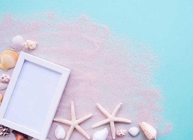 Vue de dessus, cadre de plage, coquille et blanc.