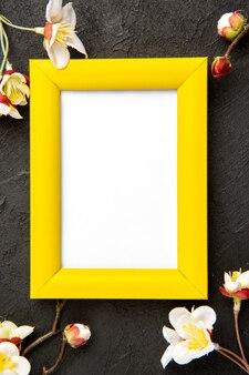 Vue de dessus des cadres élégants avec des coins jaunes sur une surface sombre portrait cadeau de famille photo présente couleur amour