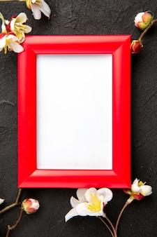 Vue de dessus des cadres élégants avec des coins rouges sur une surface sombre portrait cadeau de famille photo présente couleur amour