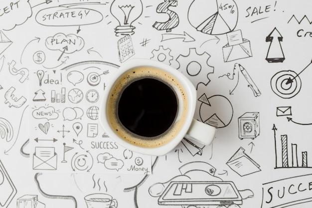 Vue de dessus café sur papel plein de griffonnages