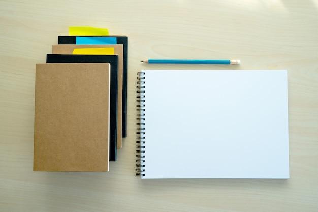 Vue de dessus de cahier vierge vierge fond de concept de conception vierge pour la page de livre de maquette avec cahier ordinaire vierge stationnaire