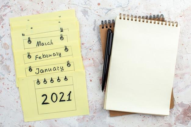 Vue de dessus cahiers à spirale stylo notes autocollantes sur table
