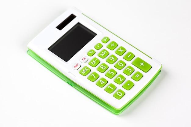 Vue de dessus d'une calculatrice isolée sur fond blanc