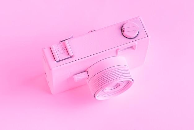 Une vue de dessus de la caméra peinte sur fond rose