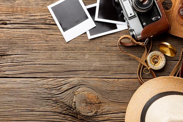 Vue de dessus caméra avec des photos sur une table