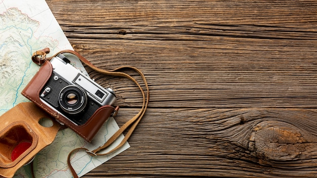 Vue de dessus caméra sur une table en bois