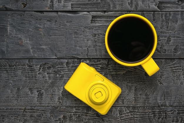 Vue de dessus de la caméra et une tasse de café sur une table en bois. mise à plat.