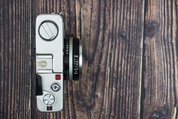 Vue de dessus de la caméra sur la vieille table en bois.
