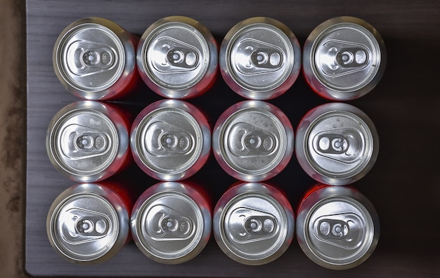 Vue de dessus des canettes en aluminium, canettes de bière fermées, de nombreuses canettes de bière en aluminium