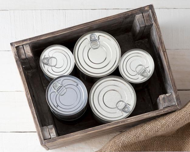 Vue de dessus des canettes en aluminium dans une caisse en bois